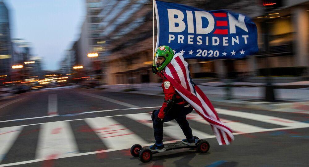 Zwolennik prezydenta elekta Joe Bidena jedzie na deskorolce przed Białym Domem w dzień inauguracji Bidena w Waszyngtonie