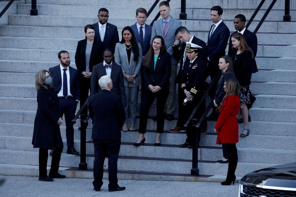 Wiceprezydent USA Mike Pence rozmawia z pracownikami przed zachodnim skrzydłem Białego Domu w Waszyngtonie