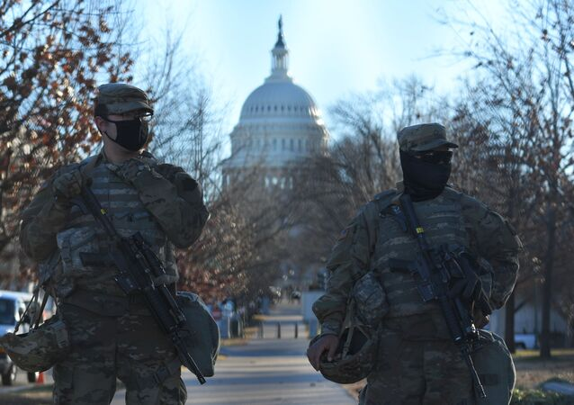 Funkcjonariusze Gwardii Narodowej w pobliżu Kapitolu w Waszyngtonie