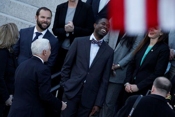 Wiceprezydent USA Mike Pence rozmawia z pracownikami przed zachodnim skrzydłem Białego Domu w Waszyngtonie - Sputnik Polska