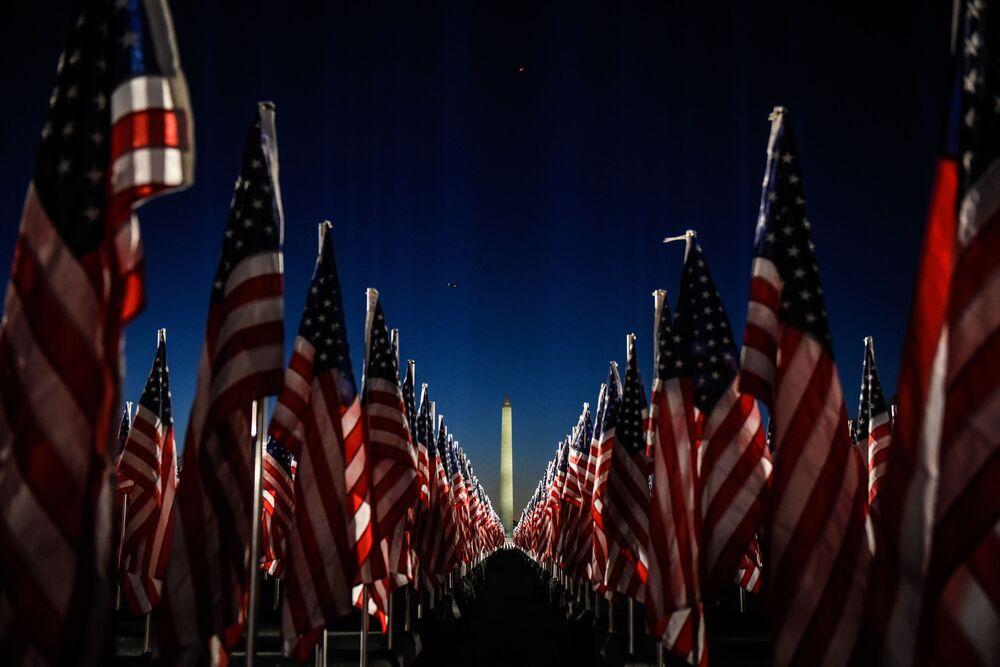 Amerykańskie flagi pod pomnikiem Waszyngtona w National Mall