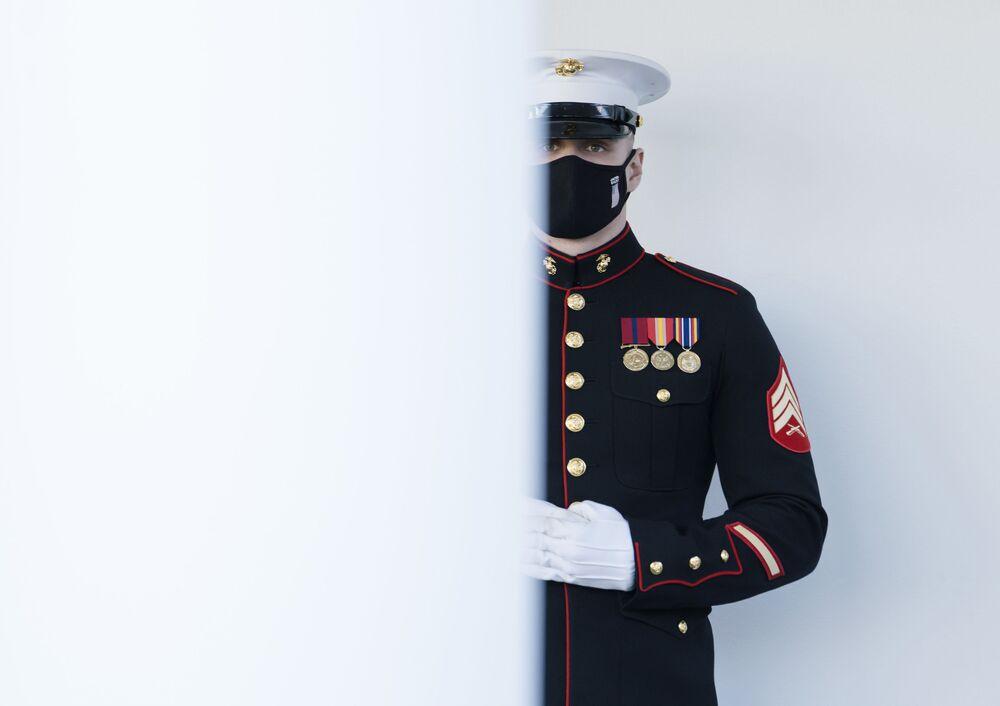 US Marine przed Białym Domem