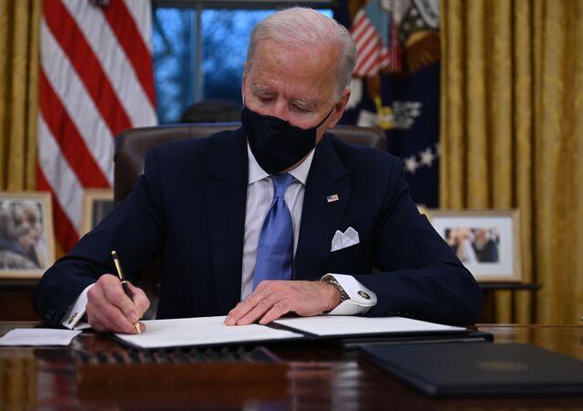 Prezydent USA Joe Biden podczas podpisywania dekretów w Białym Domu