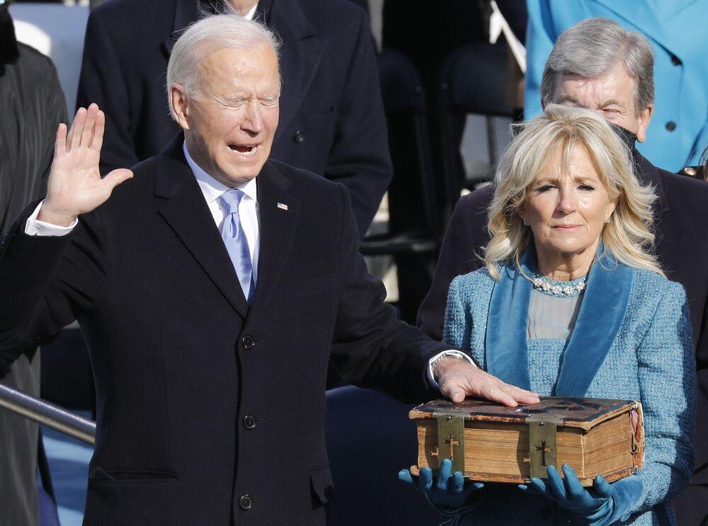 Prezydent USA Joe Biden z żoną Jill składa przysięgę trzymając rękę na Biblii
