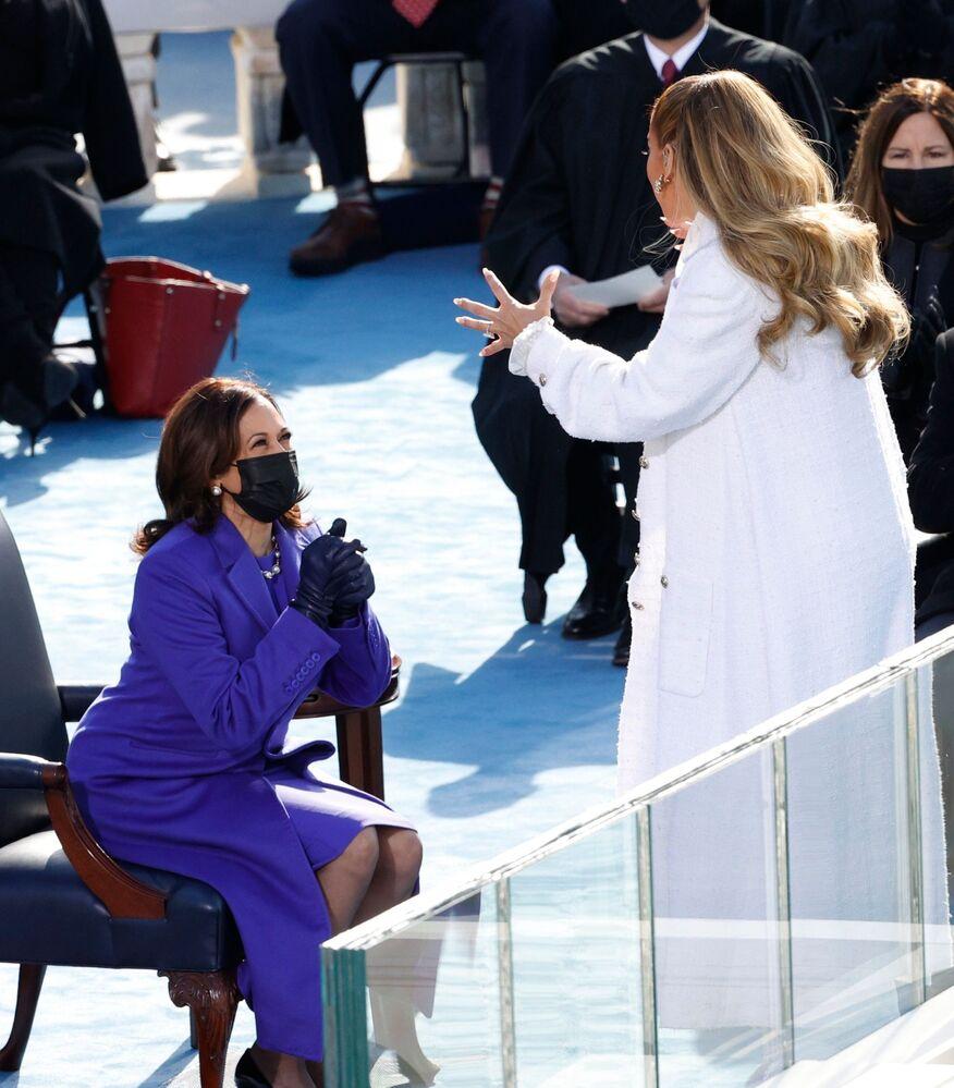 Wiceprezydent Kamala Harris i piosenkarka Jennifer Lopez podczas inauguracji