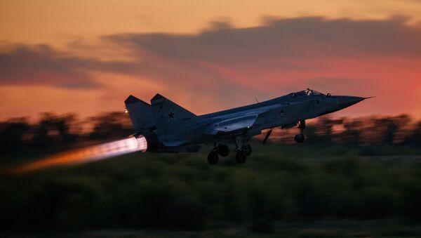 Myśliwiec przechwytujący MiG-31 startuje podczas lotu treningowego w Lipiecku - Sputnik Polska