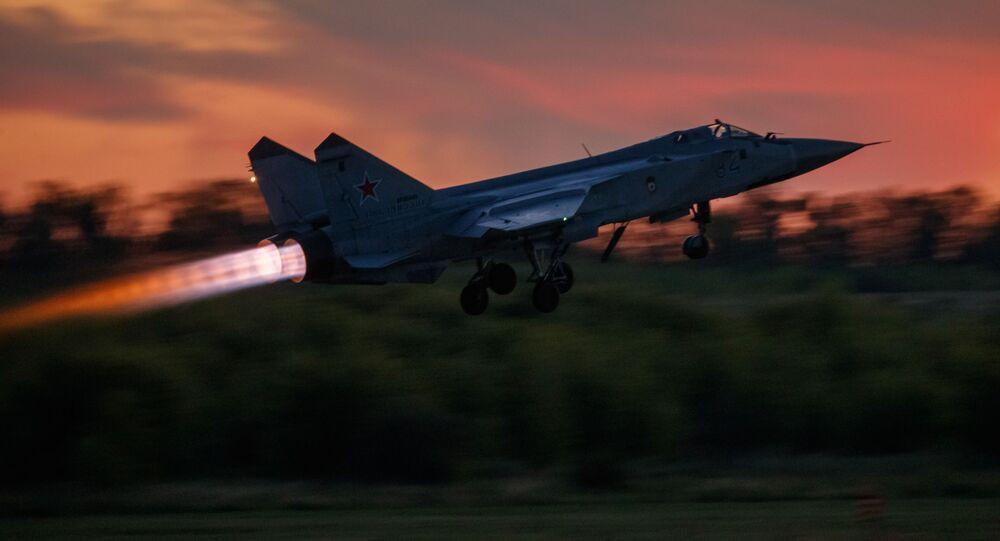 Myśliwiec przechwytujący MiG-31 startuje podczas lotu treningowego w Lipiecku