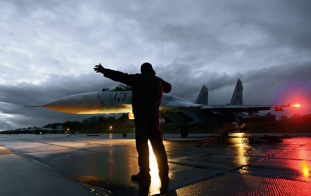 Technik wojskowy zezwala na start myśliwca Su-27