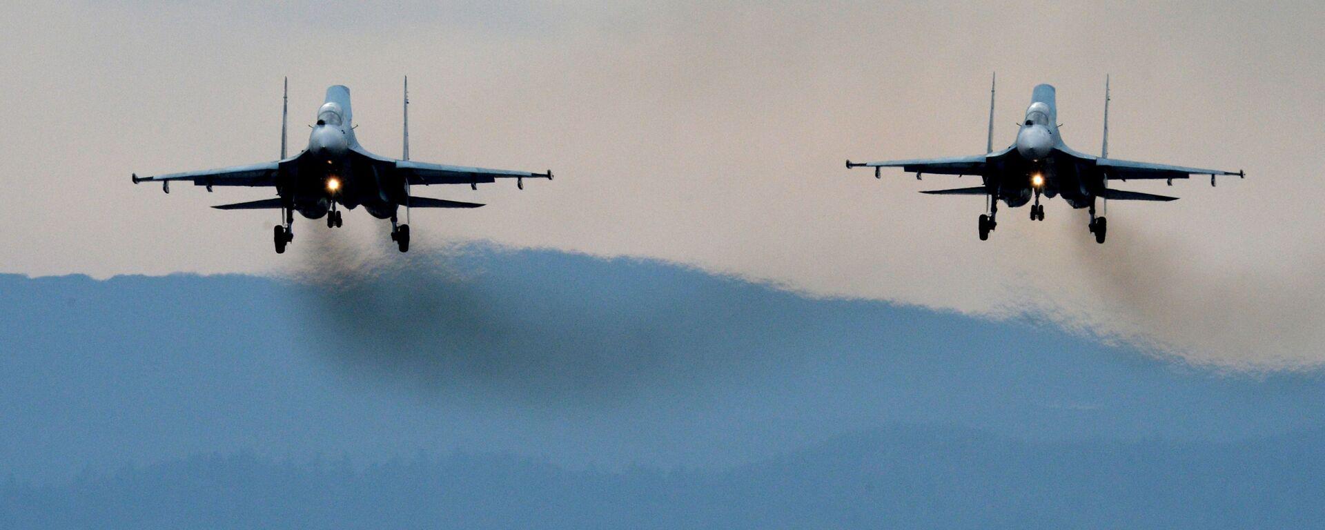 Samoloty Su-27SM lądują po przebytych manewrach - Sputnik Polska, 1920, 11.05.2021