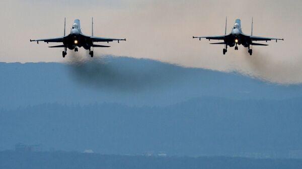 Samoloty Su-27SM lądują po przebytych manewrach - Sputnik Polska