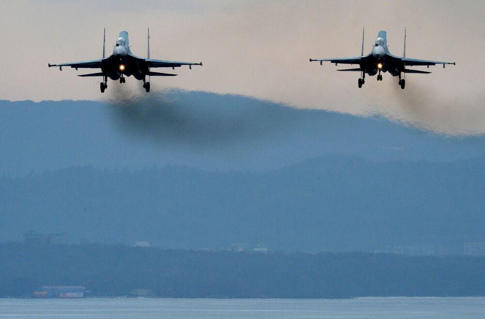 Samoloty Su-27SM lądują po przebytych manewrach