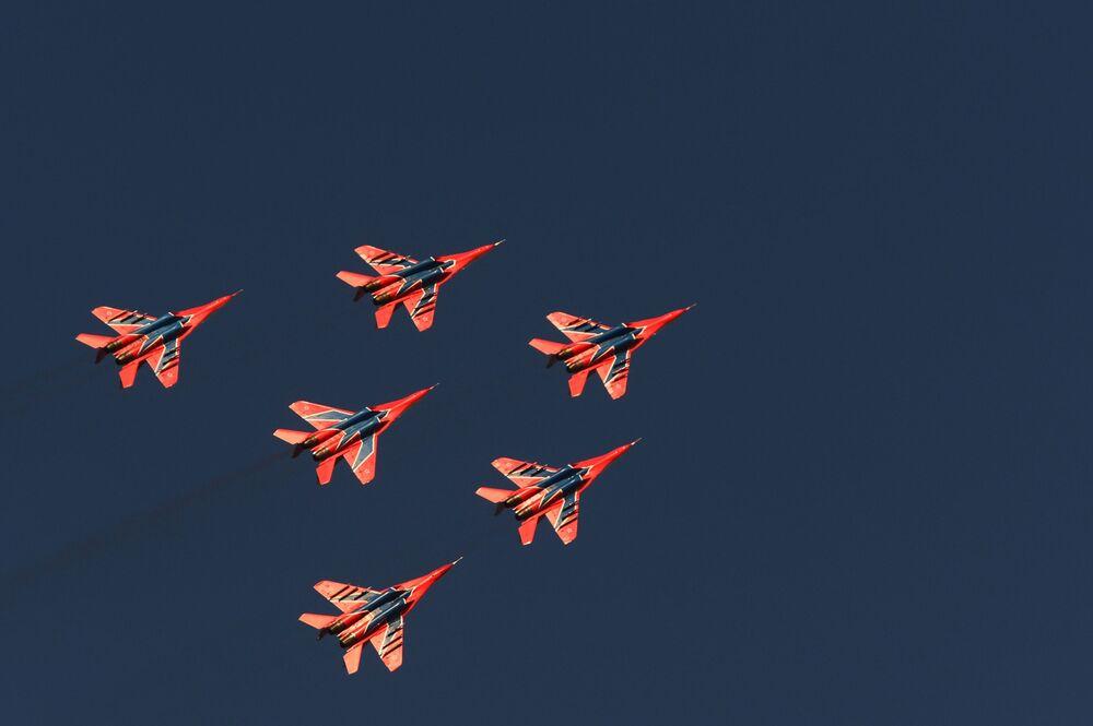 Myśliwce MiG-29 zespołu akrobacyjnego Striżi wykonują lot pokazowy z okazji obchodów 250. rocznicy zjednoczenia Inguszetii z Rosją