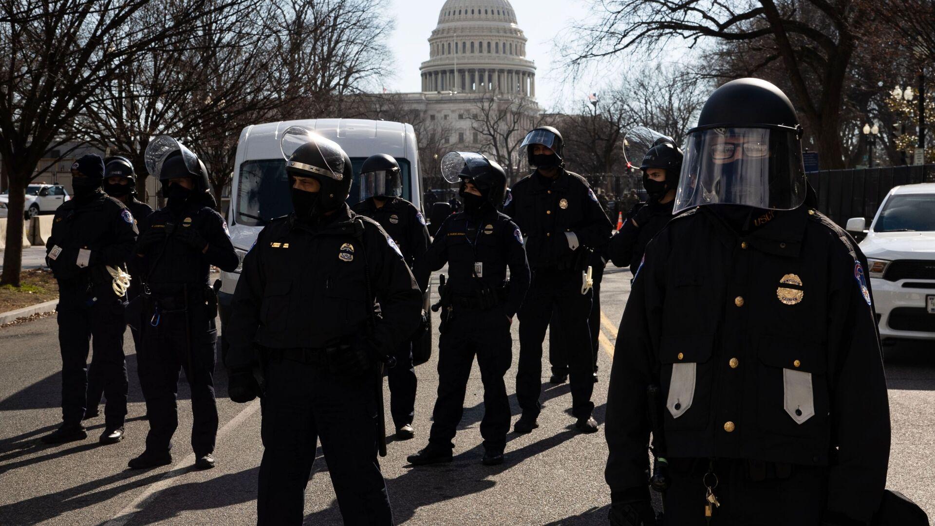 Funkcjonariusze policji pełnią służbę podczas ceremonii inauguracji prezydenta elekta USA Josepha Bidena na ulicy w pobliżu Kapitolu w Waszyngtonie - Sputnik Polska, 1920, 19.08.2021
