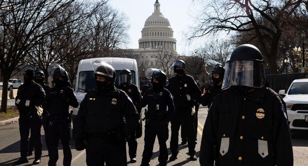 Funkcjonariusze policji pełnią służbę podczas ceremonii inauguracji prezydenta elekta USA Josepha Bidena na ulicy w pobliżu Kapitolu w Waszyngtonie