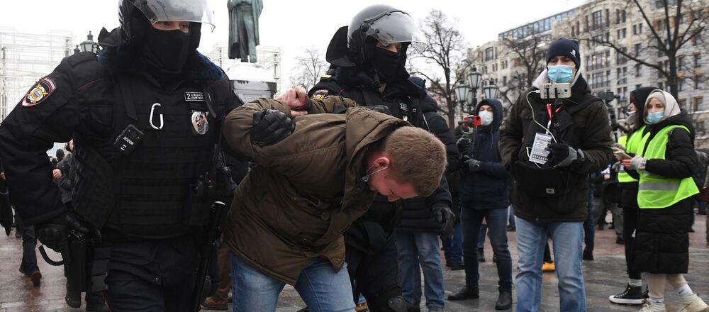 Funkcjonariusze zatrzymują uczestnika nieautoryzowanej akcji zwolenników Aleksieja Nawalnego w Moskwie.