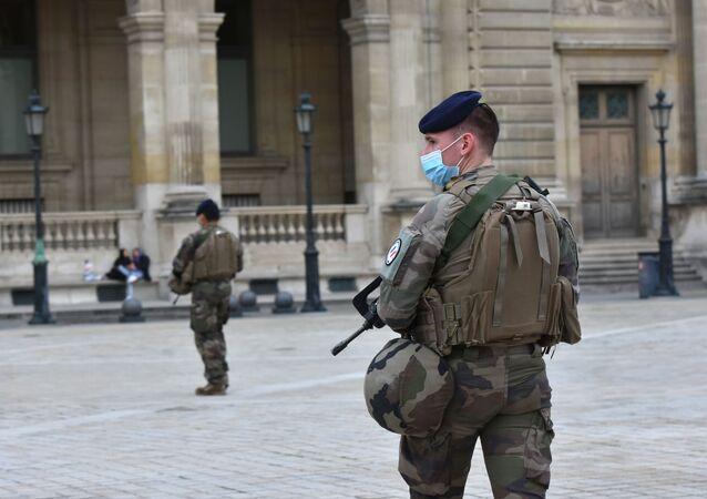 Francuscy żołnierze przed Luwrem.