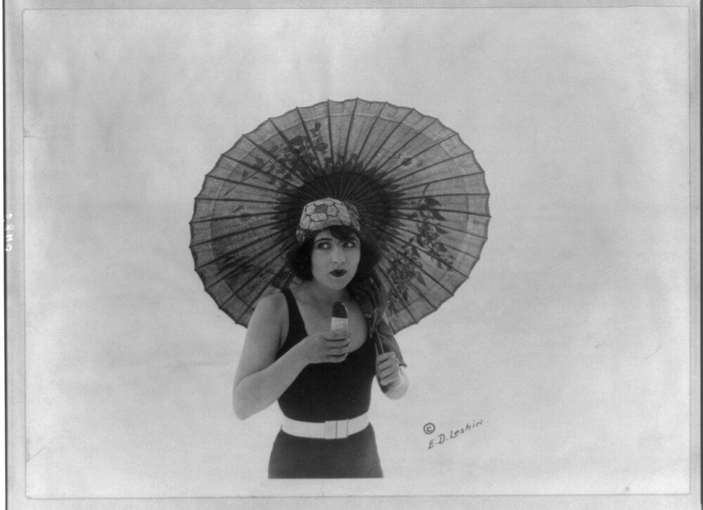 """Amerykańska aktorka Betty Compson je lody """"Eskimo"""", 1922 rok"""