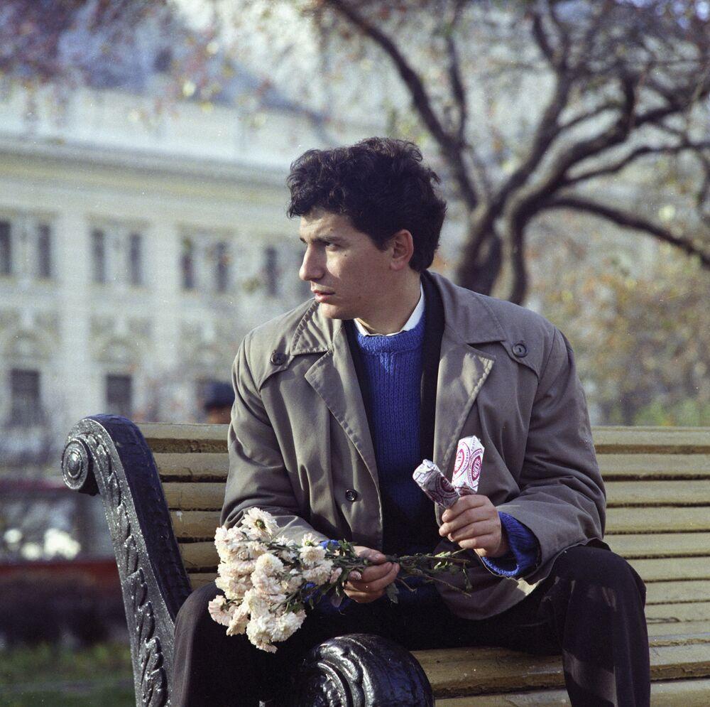 Mężczyzna z lodami i kwiatami, Moskwa, 1973 rok