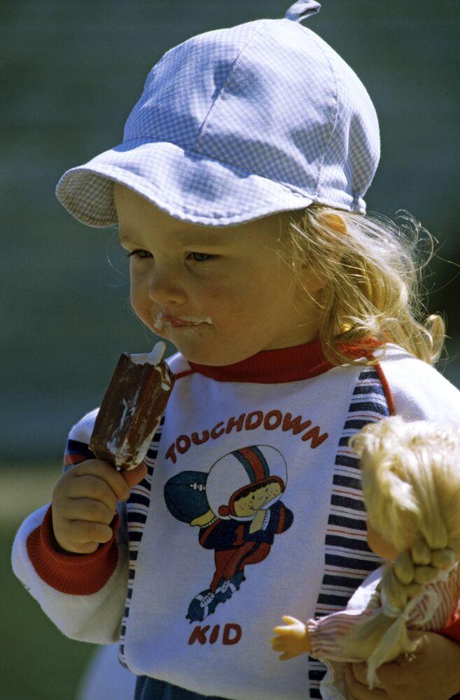 """Dziewczynka z lodami """"Eskimo"""" w Estonii"""