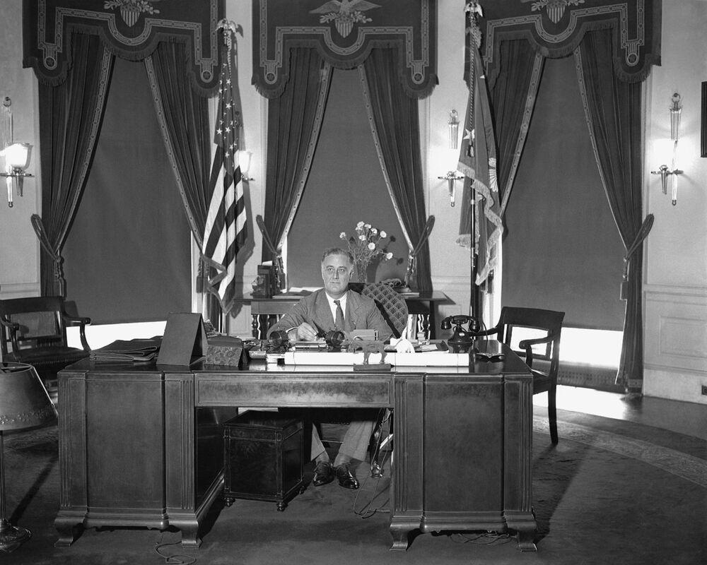 Prezydent Franklin Roosevelt przy stole w Gabinecie Owalnym w Białym Domu, 1933 rok