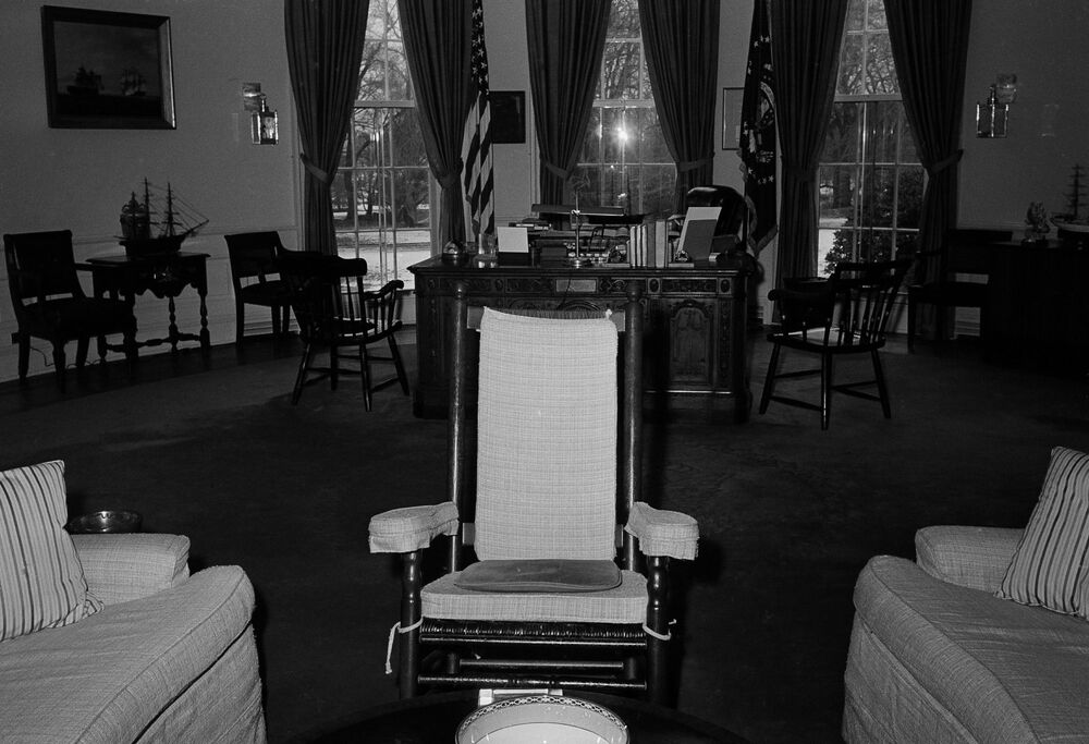 Fotel bujany prezydenta USA Johna F. Kennedy'ego w Gabinecie Owalnym w Białym Domu, 1962 rok
