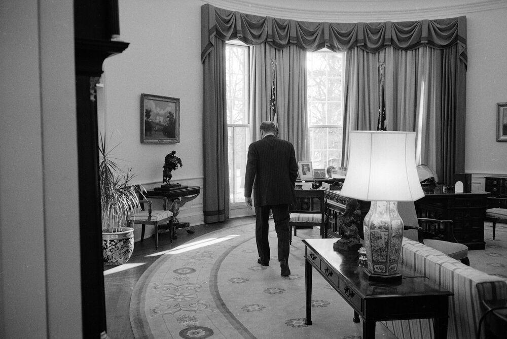 Prezydent USA Gerald Ford w ostatnim dniu swojej prezydentury w Gabinecie Owalnym w Białym Domu w 1977 roku