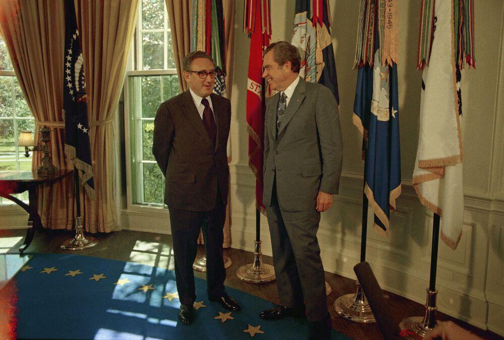 Amerykański polityk Henry Kissinger i prezydent USA Richard Nixon w Gabinecie Owalnym w Białym Domu, 1973 rok