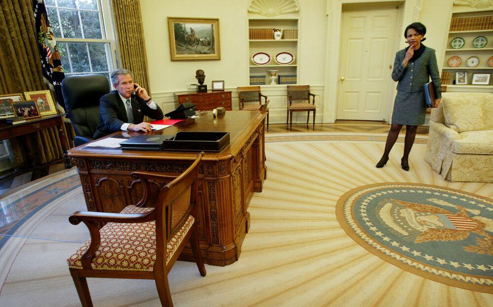 Prezydent USA George W. Bush i sekretarz stanu USA Condoleezza Rice w Gabinecie Owalnym w Białym Domu, 2003 rok