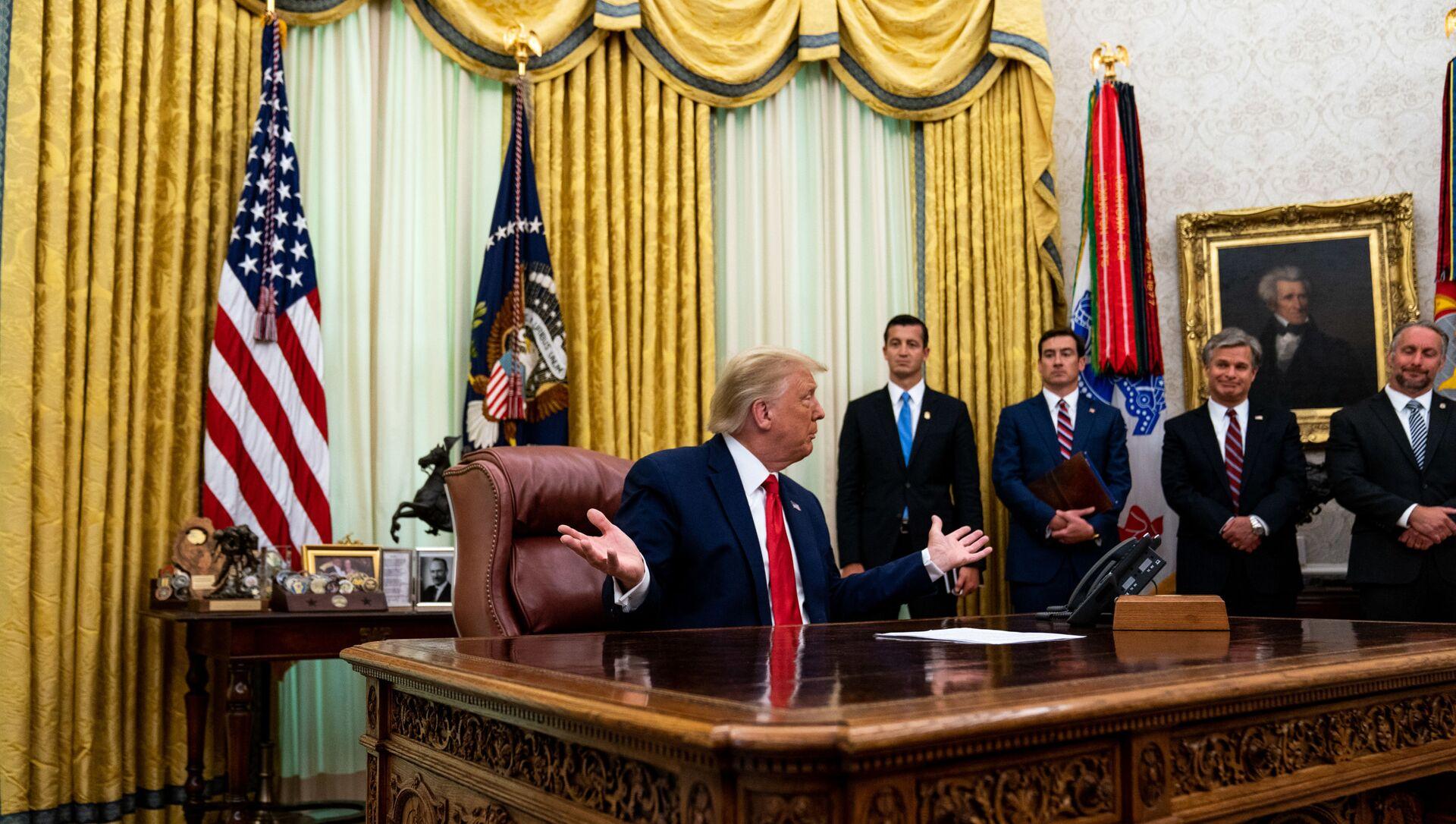Prezydent USA Donald Trump w Gabinecie Owalnym w Białym Domu, 2020 rok  - Sputnik Polska, 1920, 10.02.2021