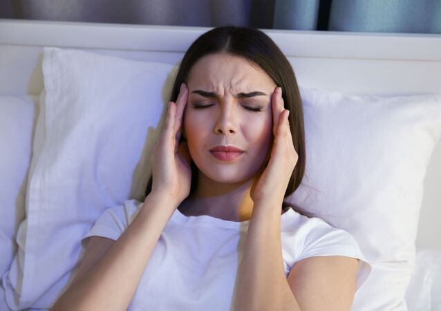 Dziewczyna z bólem głowy