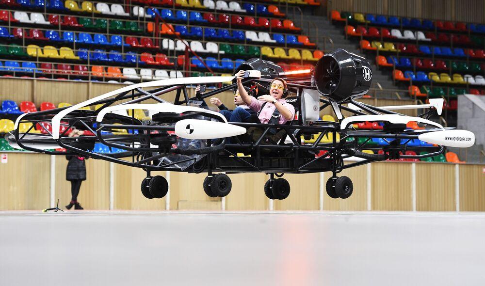 """Testy pierwszej w Rosji bezzałogowej taksówki na terenie kompleksu olimpijskiego """"Łużniki"""""""