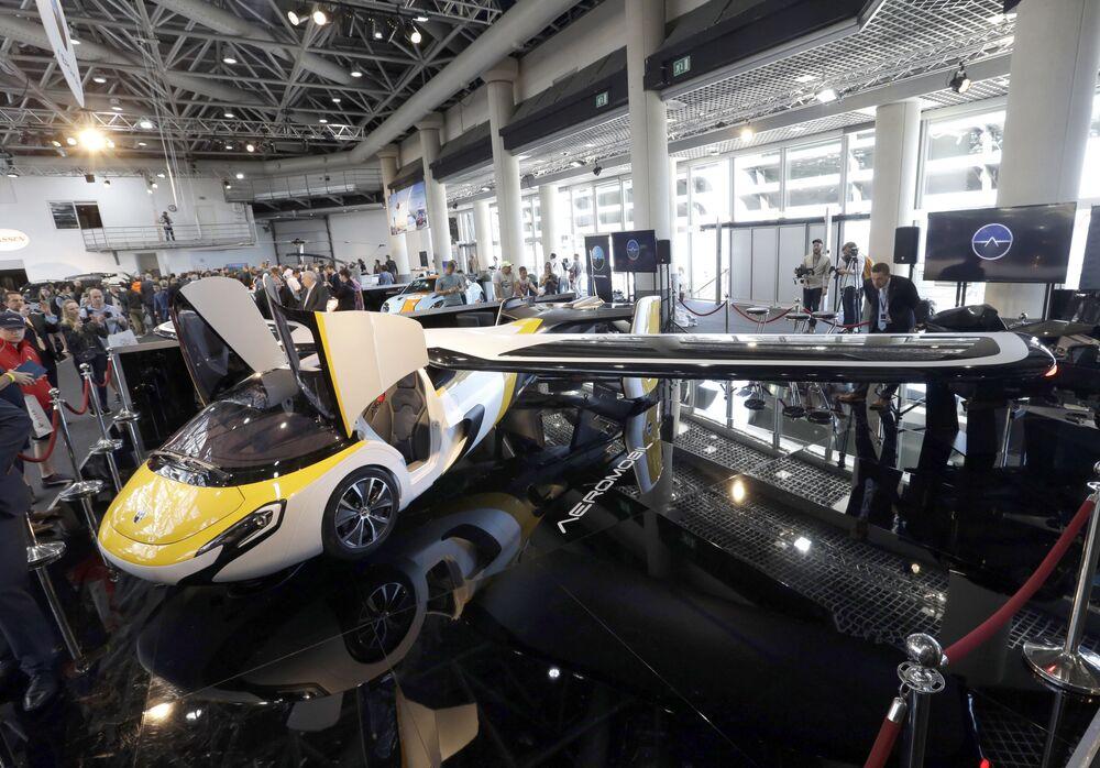 Prototyp latającego samochodu firmy AeroMobil w Monako
