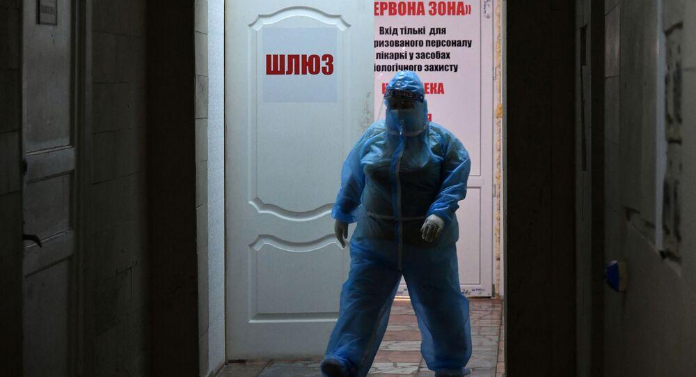 Pracownik medyczny w czerwonej strefie pacjentów z koronawirusem w Kijowie