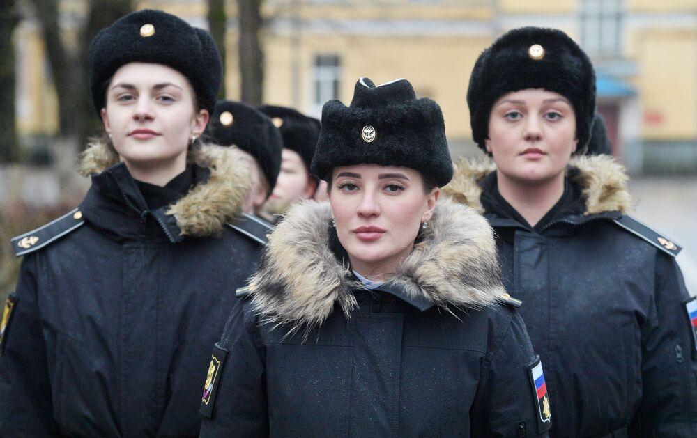 Podchorążowie podczas szkolenia musztry w Petersburskim Instytucie Marynarki Wojennej