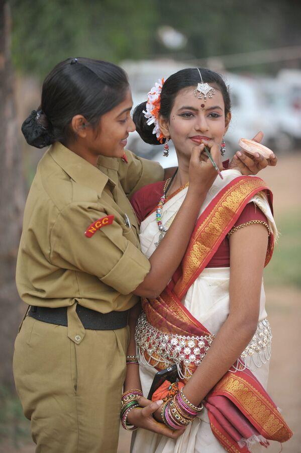Kadetka maluje koleżankę, przygotowując się do programu kulturalnego w indyjskim mieście Secunderabad - Sputnik Polska