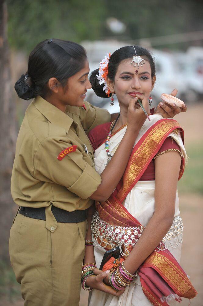 Kadetka maluje koleżankę, przygotowując się do programu kulturalnego w indyjskim mieście Secunderabad
