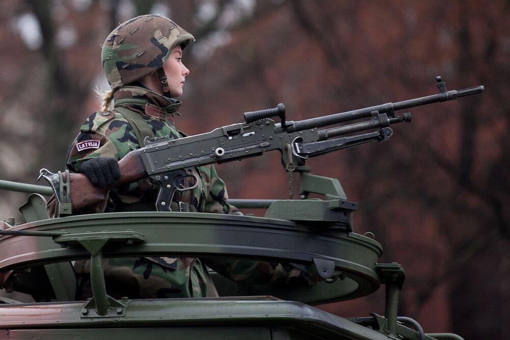 Dziewczyna żołnierz podczas parady Łotewskich Sił Zbrojnych