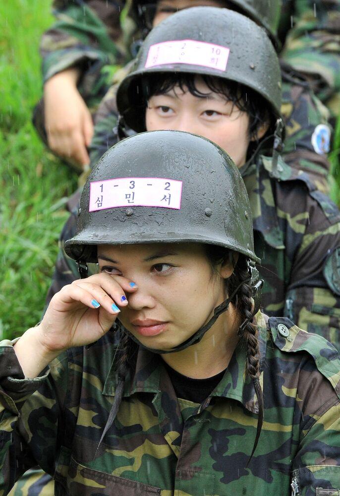 Dziewczyny podczas zgrupowania cywilów w Seulu