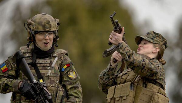 Żołnierki z Rumunii i Stanów Zjednoczonych podczas ćwiczeń na poligonie Capu Midia w Rumunii - Sputnik Polska