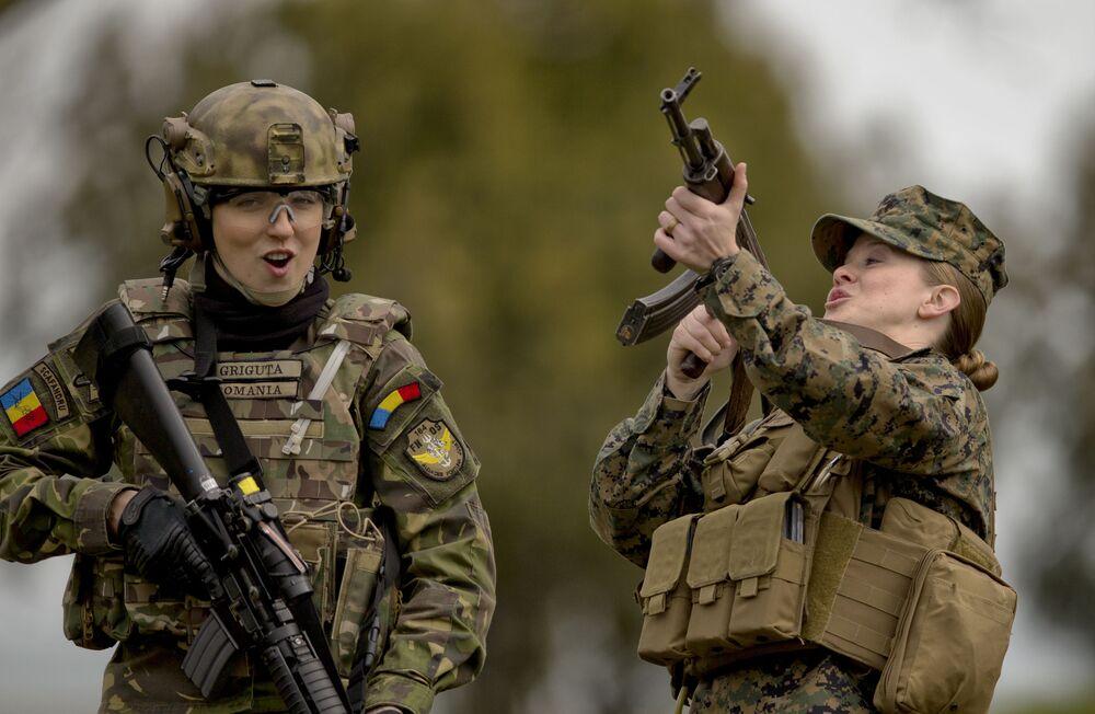 Żołnierki z Rumunii i Stanów Zjednoczonych podczas ćwiczeń na poligonie Capu Midia w Rumunii
