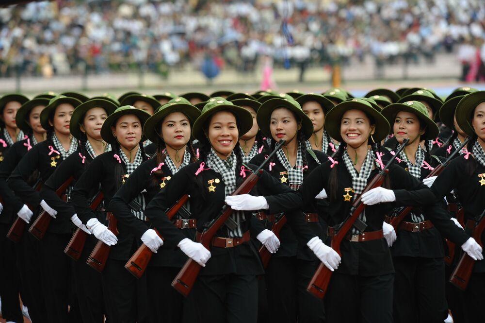 Żołnierki podczas defilady wojskowej w Wietnamie