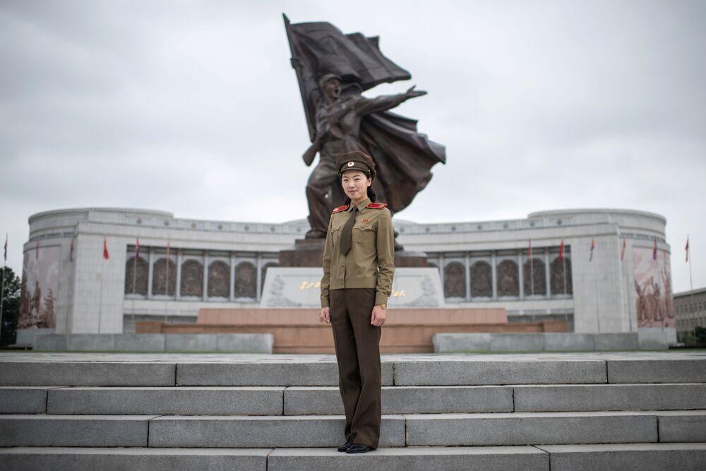Choi Woon-Chong, kapitan Koreańskiej Armii Ludowej, pozuje w Muzeum Wojny w Pjongjangu