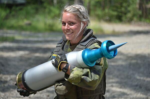 Żołnierka szwedzkiej armii nosi pocisk podczas testów czołgów Strong Europe - Sputnik Polska