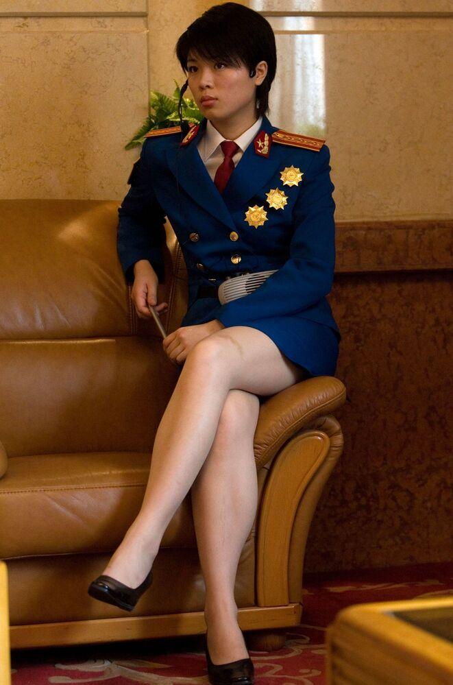 Żołnierka pełniąca funkcję przewodnika, przygotowuje się do otwarcia wystawy poświęconej osiągnięciom wojskowym Chin