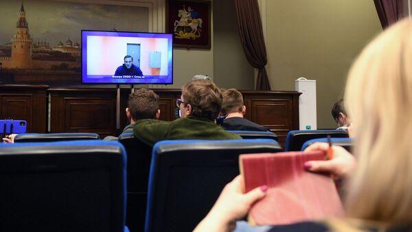 Aleksiej Nawalny przebywający w areszcie w Moskwie na ekranie monitora w budynku Moskiewskiego Sądu Okręgowego - Sputnik Polska