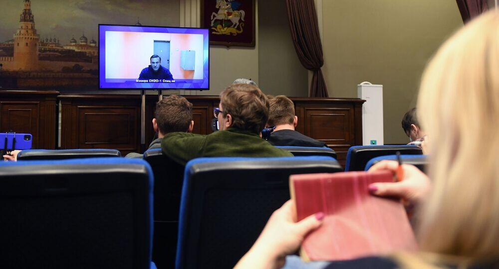 Aleksiej Nawalny przebywający w areszcie w Moskwie na ekranie monitora w budynku Moskiewskiego Sądu Okręgowego