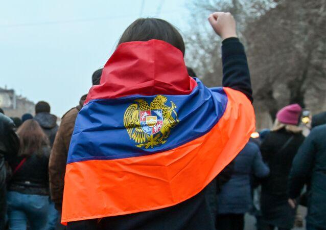 Ludzie podczas protestu w Erywaniu.