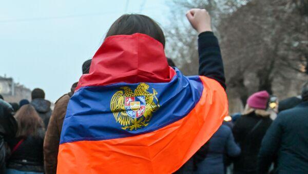 Ludzie podczas protestu w Erywaniu - Sputnik Polska