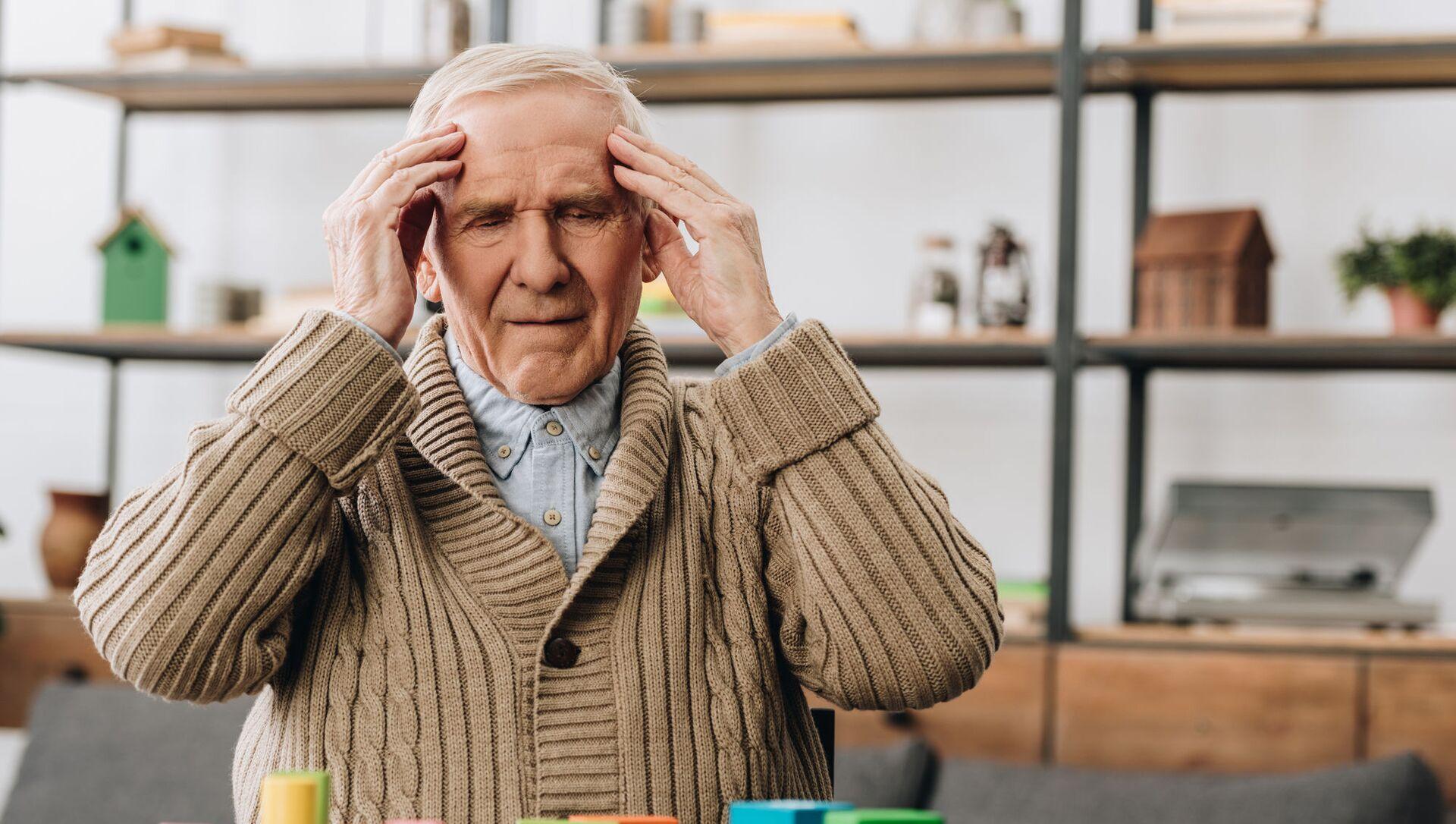 Starszy mężczyzna z bólem głowy - Sputnik Polska, 1920, 13.02.2021