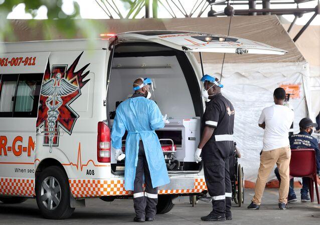 Pracownicy medyczni obok karetki pogotowia w Pretorii w RPA